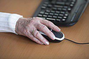bejaarde-achter-computer